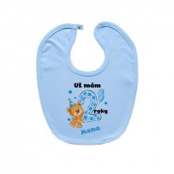 Modrý podbradník na zapínanie Už mám 2 roky s Medvedíkom a menom dieťatka Chlapec